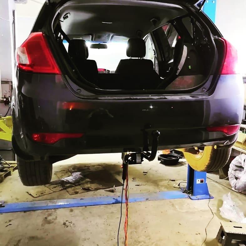 Установленный фаркоп на легковом автомобиле